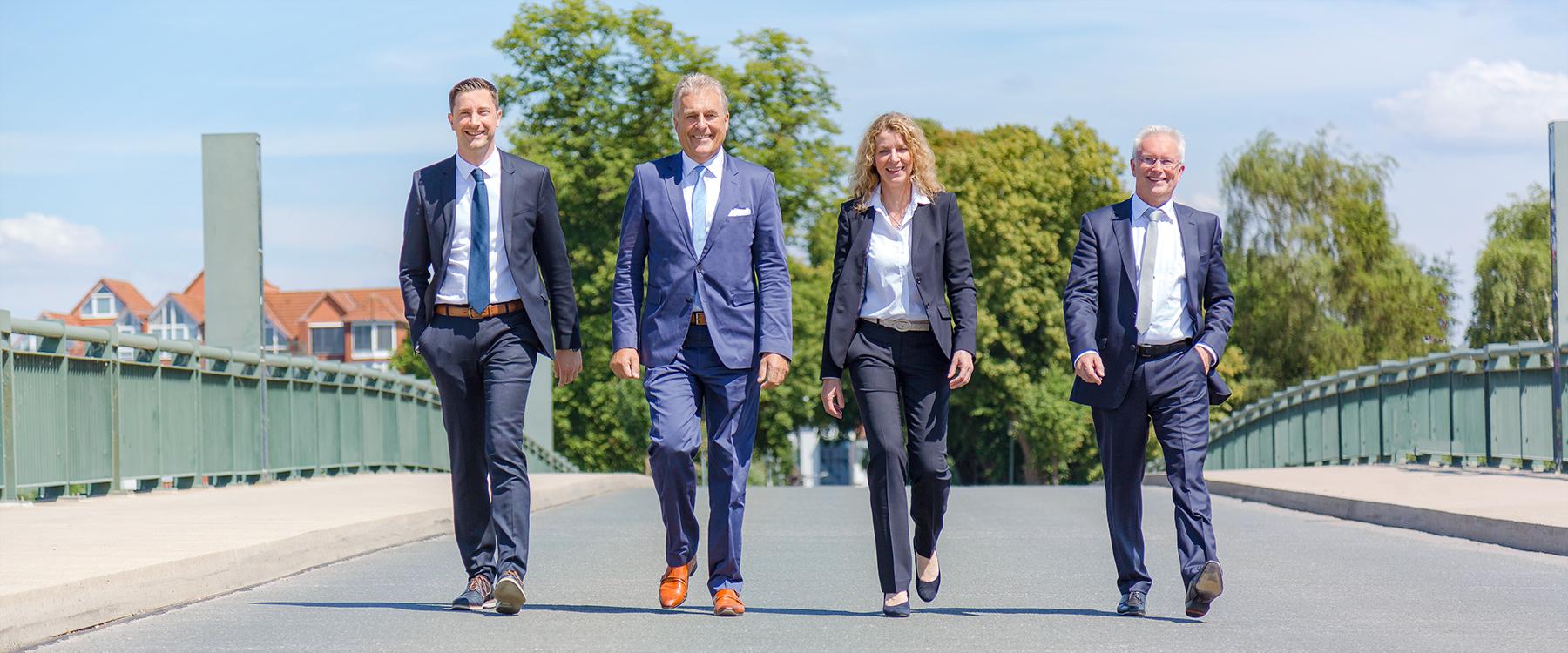 Die vier Partner der BHT Steuerberatungsgesellschaft auf der Brücke